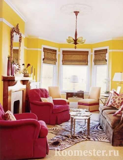 Желтый цвет и красные кресла