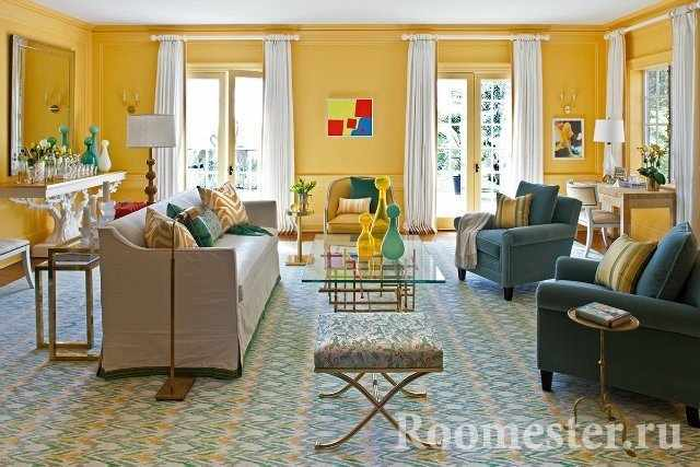 Зал с желтыми стенами