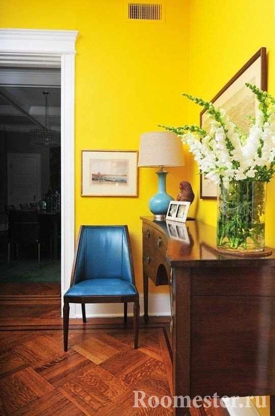 Яркая желтая стена поднимает настроение