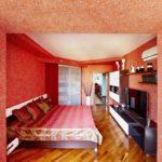 Белые картинки на красных стенах
