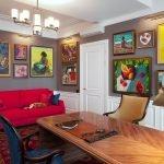 Красный диван в кабинете