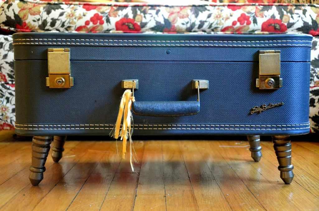 Столик из чемодана с ножками