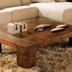 Невысокий деревянный столик