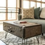 Аккуратный столик из чемодана