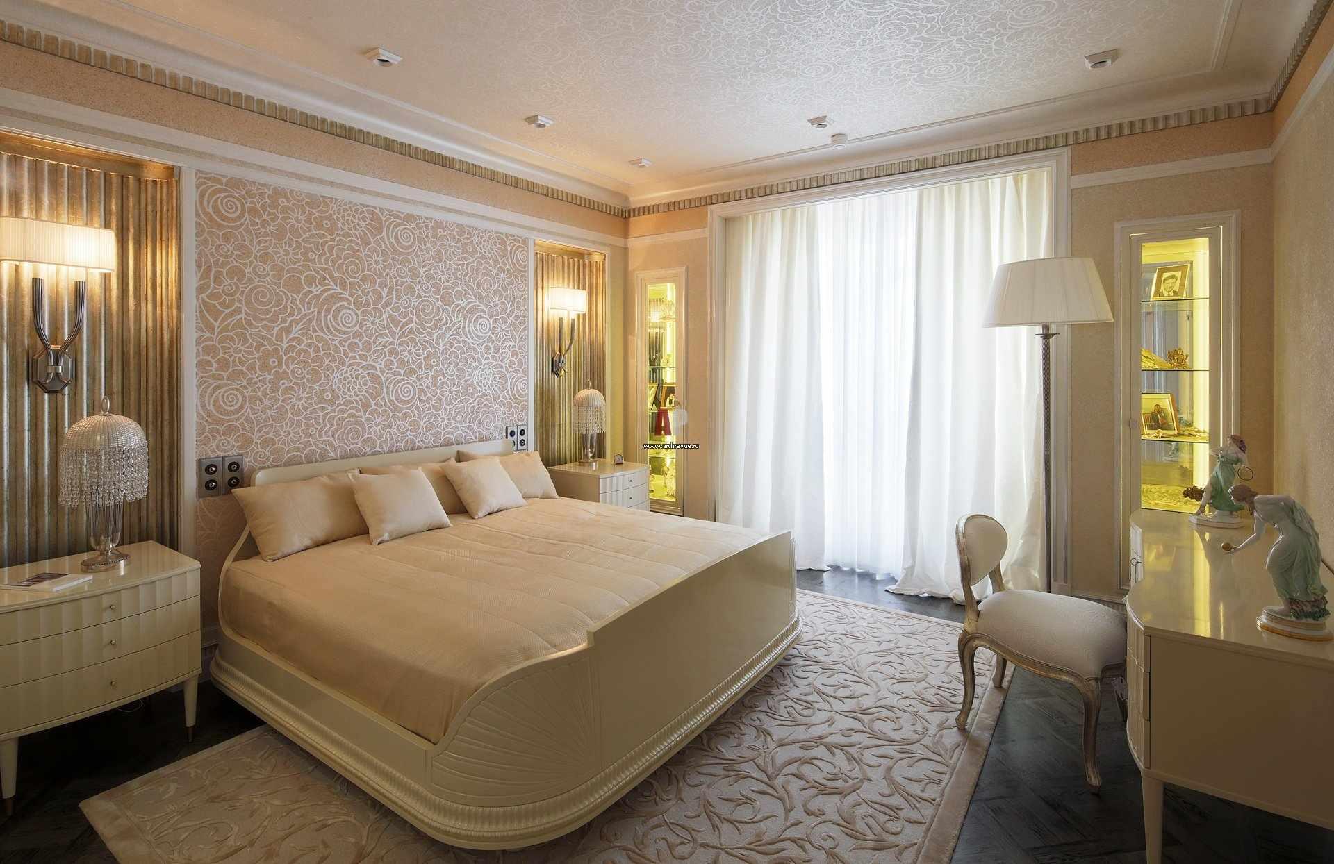 Персиковые и золотые оттенки в дизайне спальни