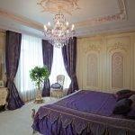 Сочетание фиолетового и золотого в дизайне спальни