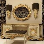 Зеркало в золотой рамке над туалетным столиком